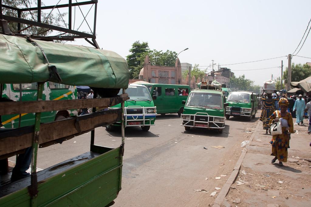 Autobuses cada uno por su lado en Bamako.