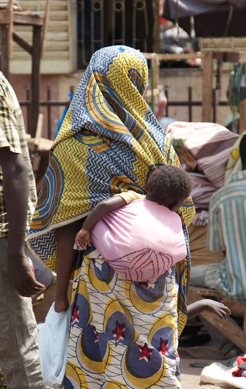 Como se lleva a un niño en Mali.