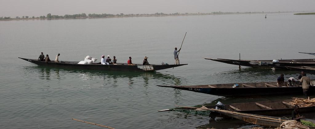 Pinasse llegando al puerto de Segou.