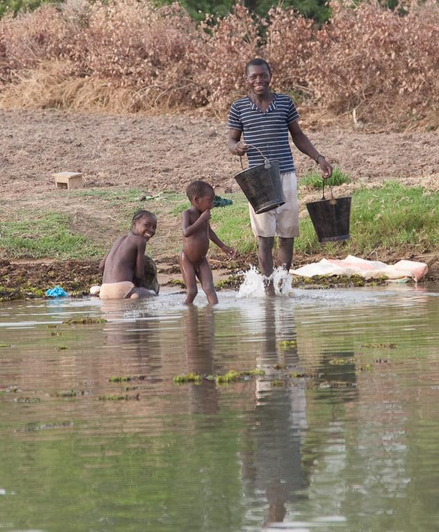 Cogiendo agua en el Niger.