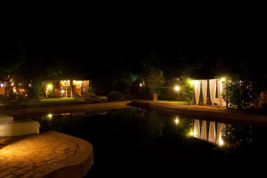 Piscina del hotel Ambejele de noche.