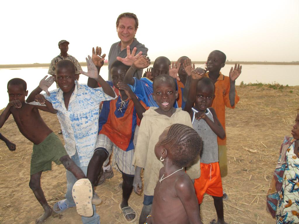 El tubabu jugando con los niños.